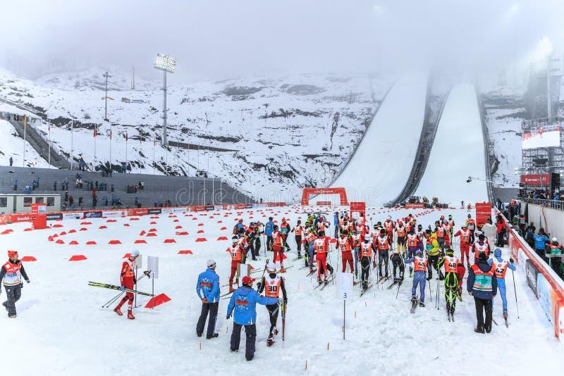 Sauter de ski aux 2014 Jeux Olympiques d'hiver a été tenu au centre sautant de RusSki Gorki Les skieurs combinés nordiques sont p images stock