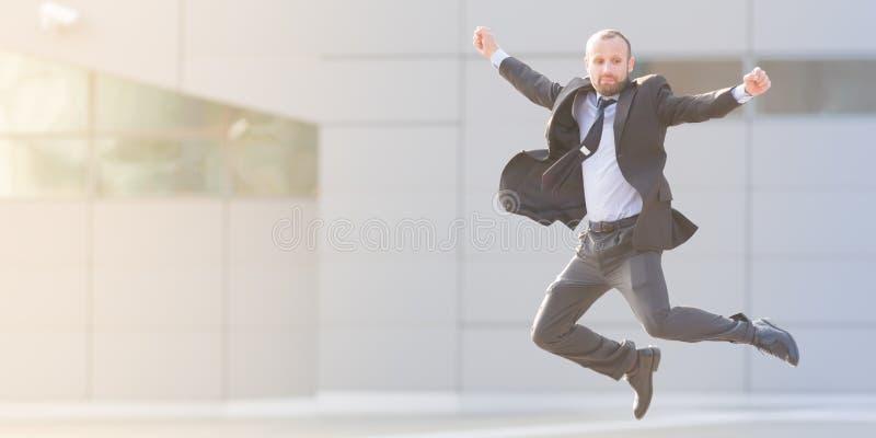 Sauter dynamique d'homme d'affaires extérieur photos stock