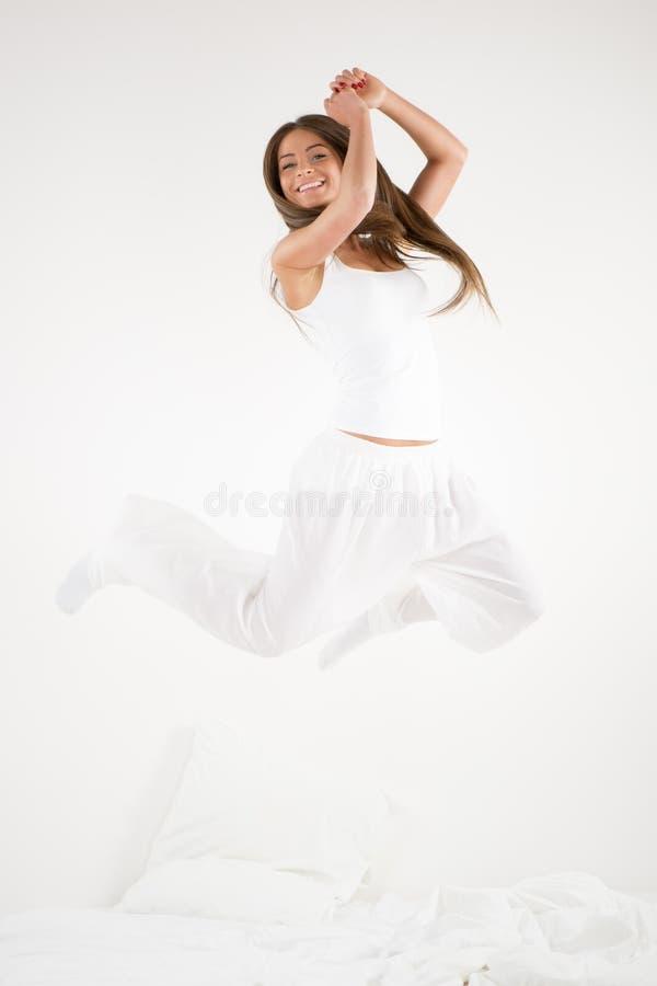 Sauter heureux de fille photos libres de droits