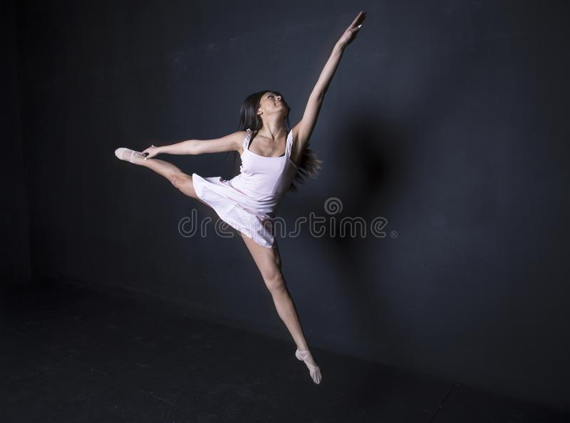Sauter hispanique de ballerine images stock