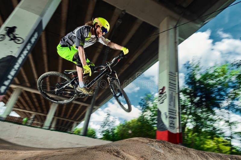 Sautez et volez sur un vélo de montagne images stock
