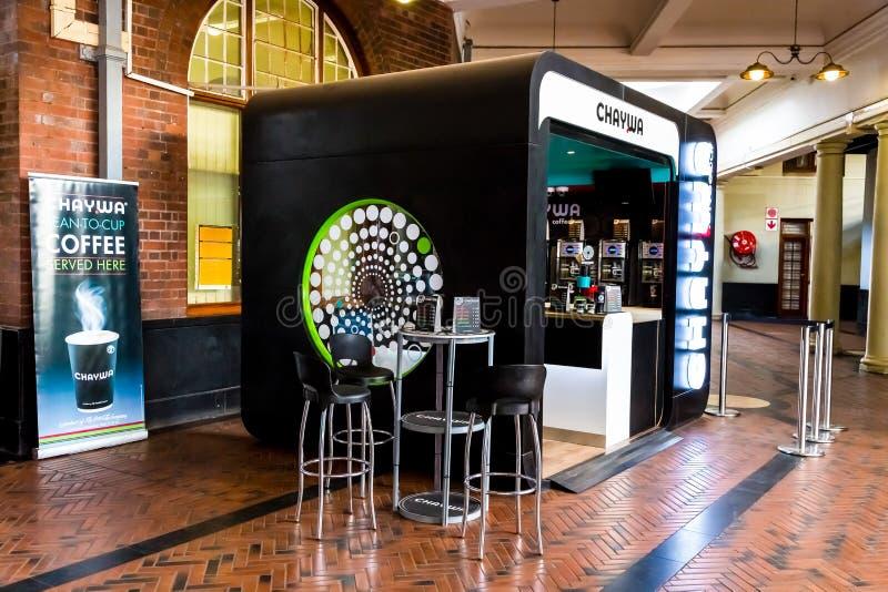 Sautez le café à la station de train photo stock
