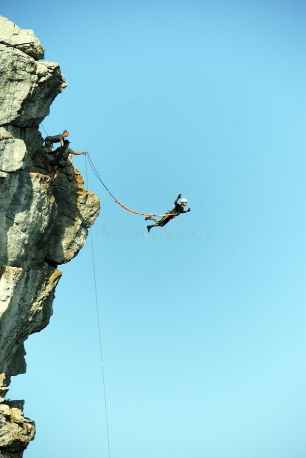 Sautez outre d'une falaise avec une corde Petite fille enthousiaste photos stock