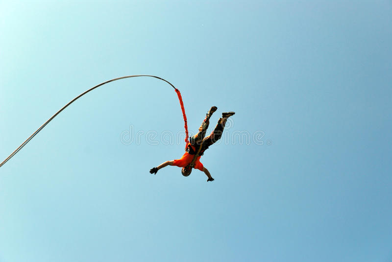 Sautez outre d'une falaise avec une corde Petite fille enthousiaste photographie stock