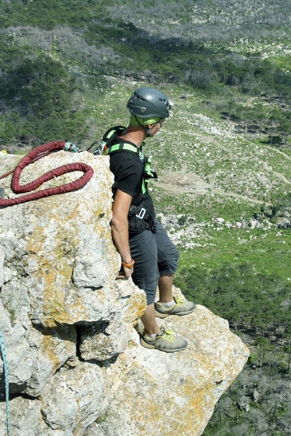 Sautez outre d'une falaise avec une corde Petite fille enthousiaste photos libres de droits