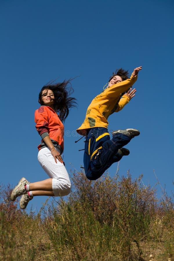 Sautez par-dessus le ciel bleu profond photographie stock libre de droits