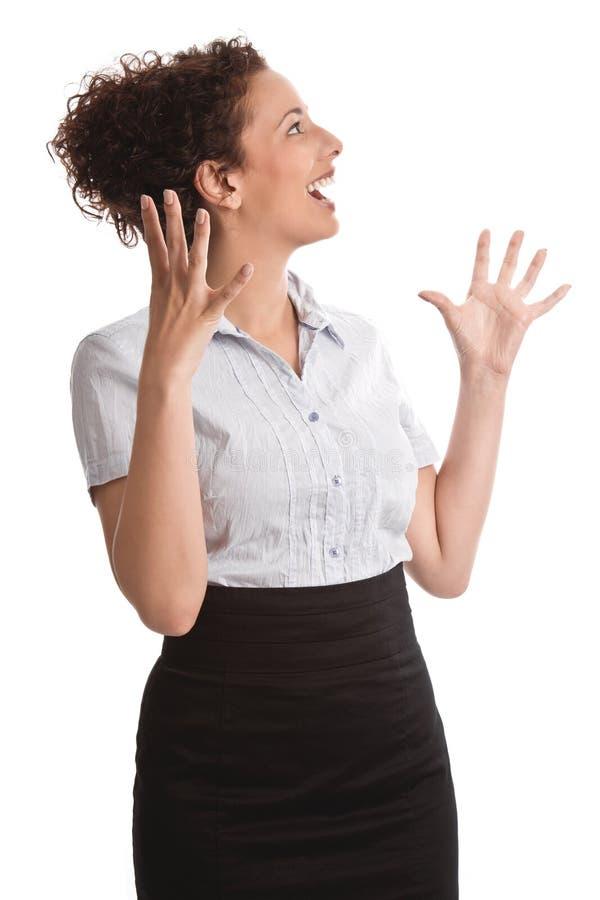 Sautez pour la joie - femme heureuse riant avec des bras en air d'isolement dessus photographie stock