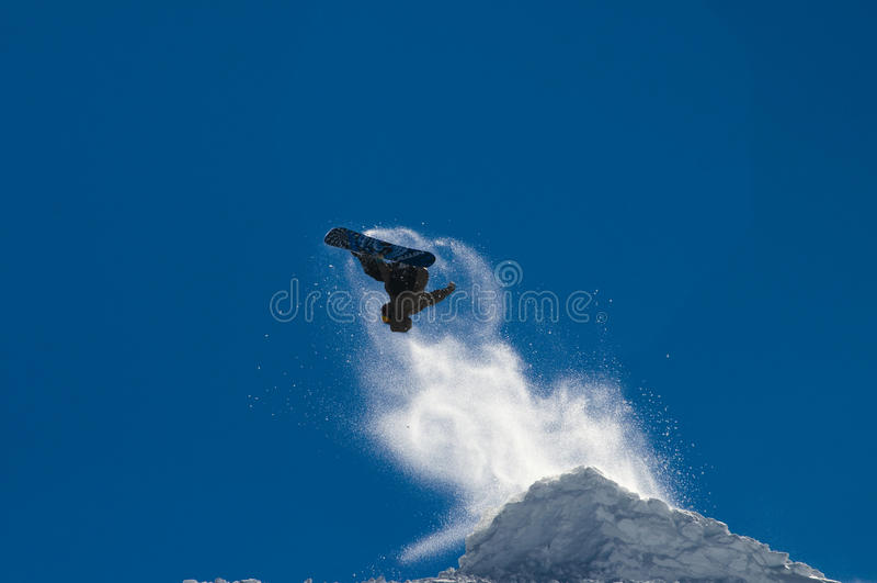 Sautez sur le surf des neiges photos stock
