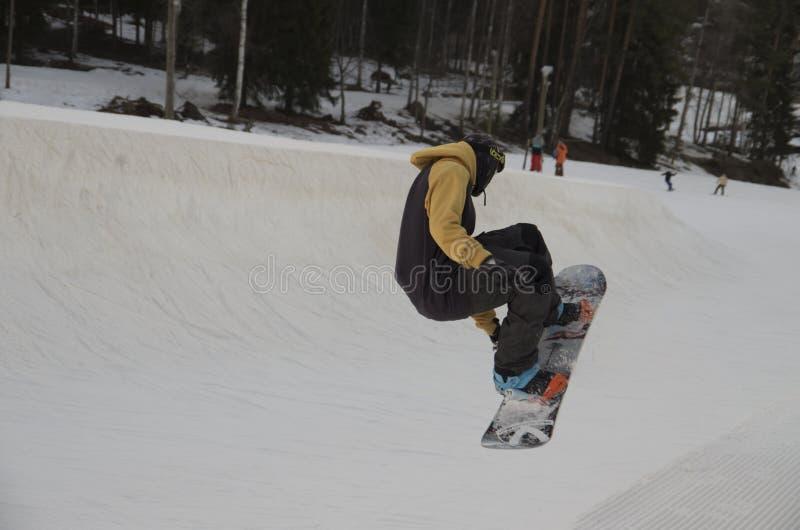 Sautez sur un surf des neiges photographie stock libre de droits
