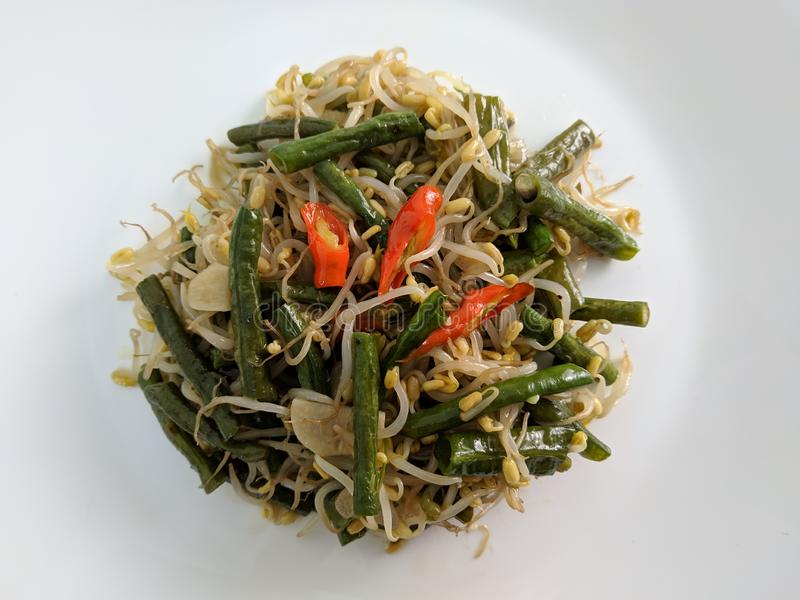 sautierte lange Bohnen mischten mit toge, indonesische Hauptnahrung lizenzfreies stockbild