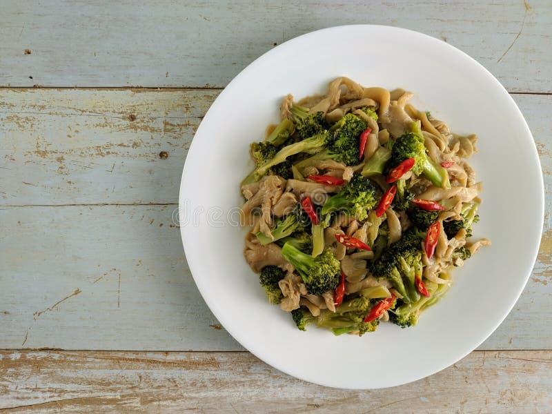 Sautierte Pilze gemischt mit Brokkoli stockfotografie