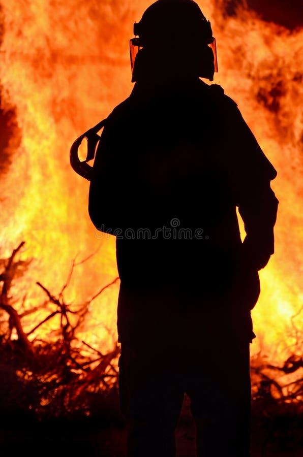 Sauveteur de sapeur-pompier au feu de brousse rural de scène photographie stock libre de droits