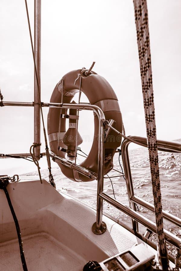 Sauvez l'anneau rouge d'épargnant de conservateur de vie de bouée de sauvetage sur le voilier images libres de droits
