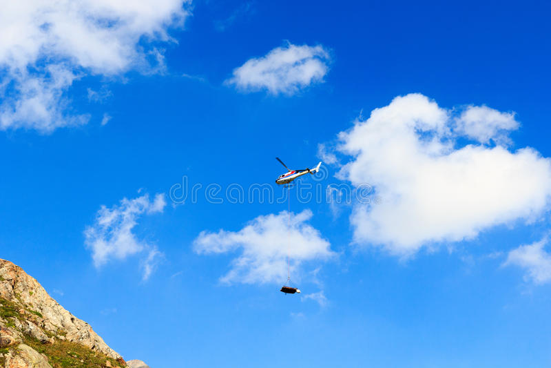 Sauvez l'hélicoptère et la montagne, Alpes de Hohe Tauern, Autriche photos libres de droits