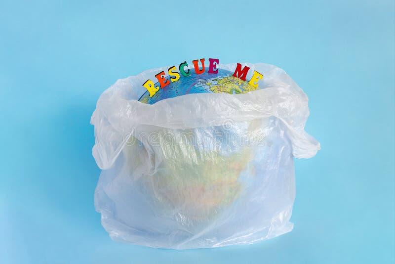 Sauvez la terre moi et de planète de modèle en paquet de plastique polyéthylène images libres de droits