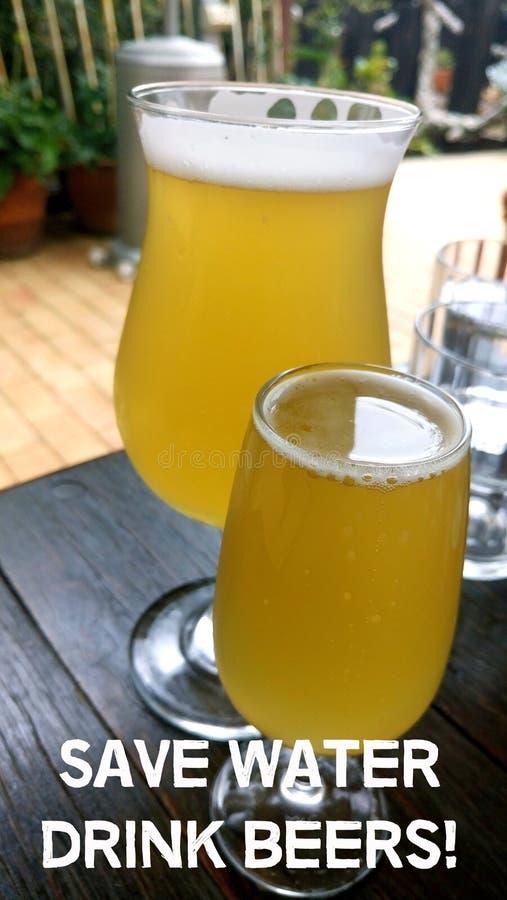 Sauvez les bières de boissons de l'eau citent avec le fond en verre de bières photographie stock libre de droits