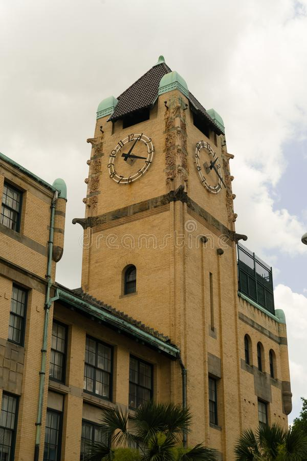 Savana, Geórgia/Estados Unidos - 28 de junho de 2018: Clocktower do tribunal do Condado de Chatham no savana, Geórgia imagem de stock