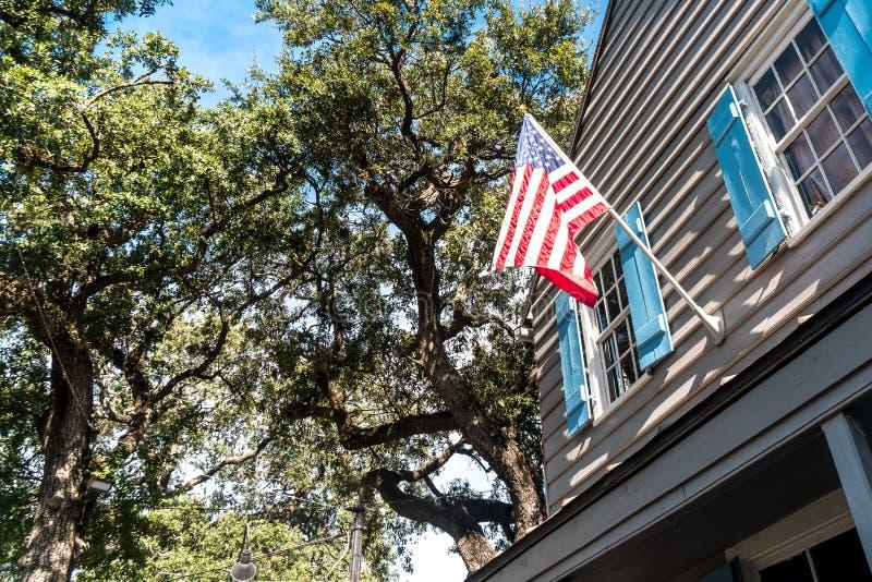 Savannah City en Géorgie avec le drapeau des Etats-Unis images stock