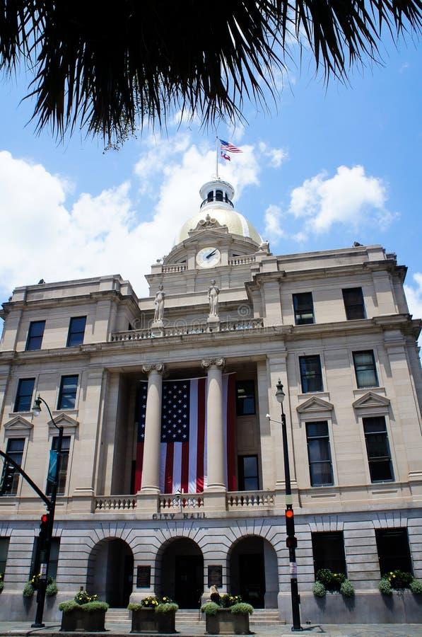 Savannah City Hall aka medborgarcentrum med den guld- kupolen och klockan arkivfoto