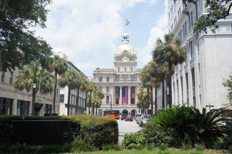 Savannah City Hall lokaliserade på tjurgatan, med palmträd på en solig dag arkivbild