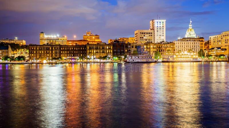 Savannah-, Georgia Downtown Skyline och stadsljus över Savann arkivbilder