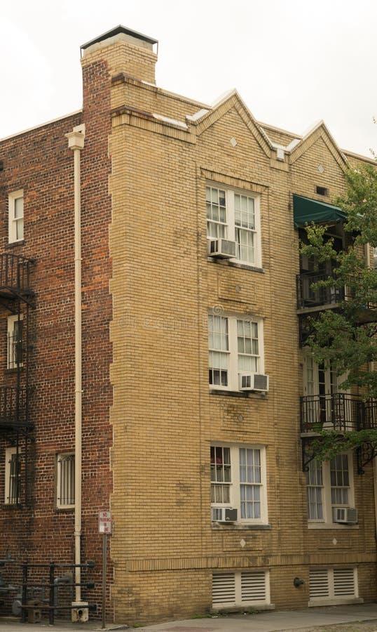 Savannah Georgia/Förenta staterna - Juni 25, 2018: Historiska byggnader tillfogar berlock till den i stadens centrum savannahen fotografering för bildbyråer