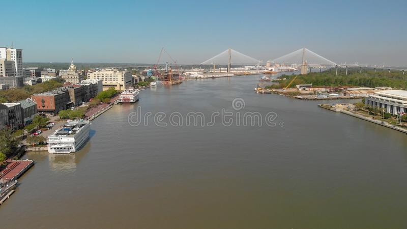 SAVANNAH GUMMIN - APRIL 3, 2018: Flyg- stadshorisont från floden arkivfoton
