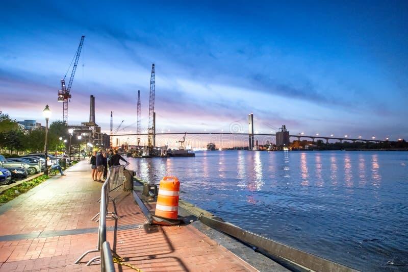 SAVANNAH GUMMIN - APRIL 1, 2018: Riverfront på solnedgången Savannah att royaltyfria bilder