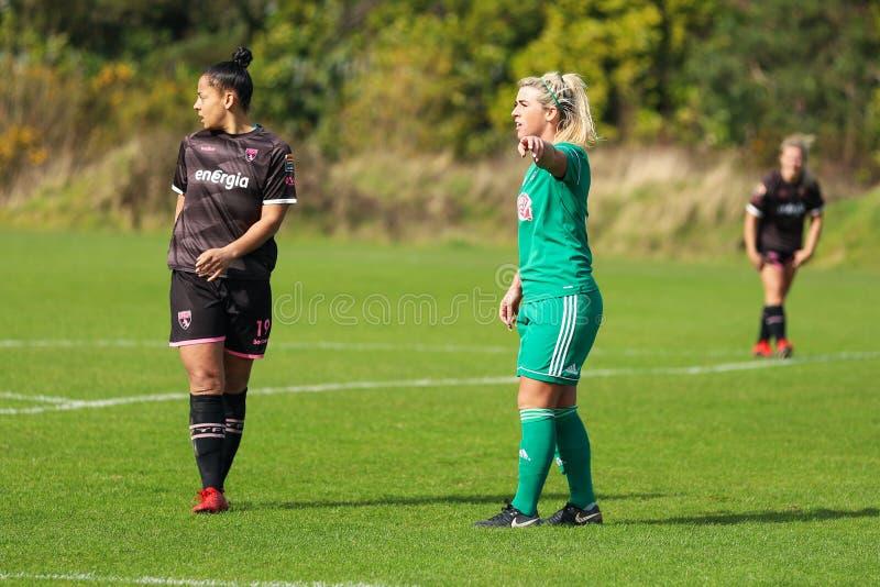 Savannah McCarthy under kvinnornas matchen för nationella liga mellan Cork City FC kvinnor och Wexford Youths royaltyfri foto