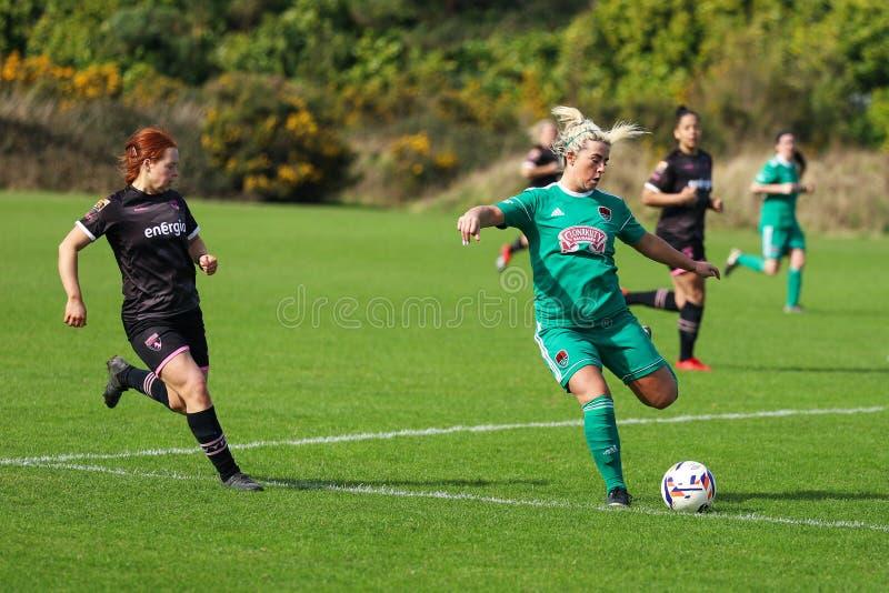 Savannah McCarthy under kvinnornas matchen för nationella liga mellan Cork City FC kvinnor och Wexford Youths arkivfoto