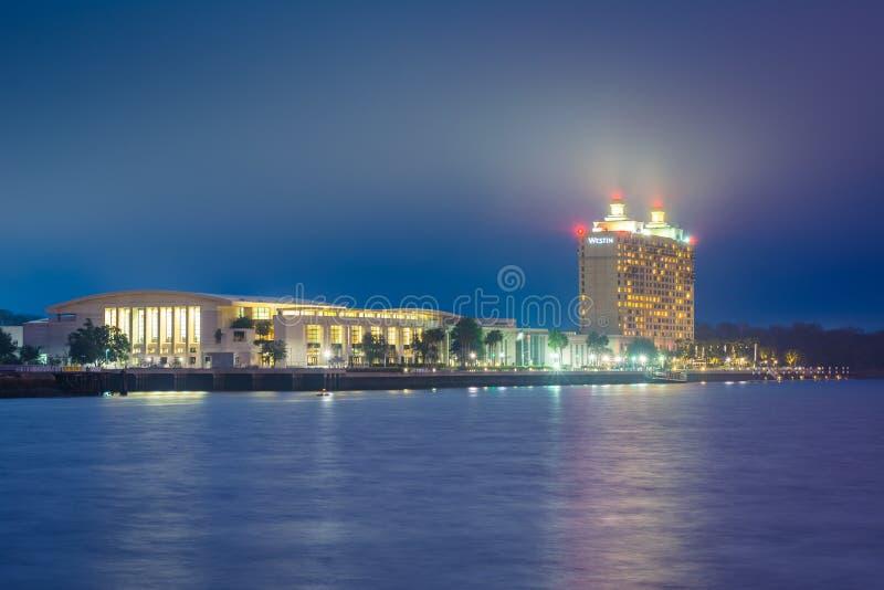 Savannah River und Savannah International Trade u. Convention Center nachts, in der Savanne, Georgia stockbild