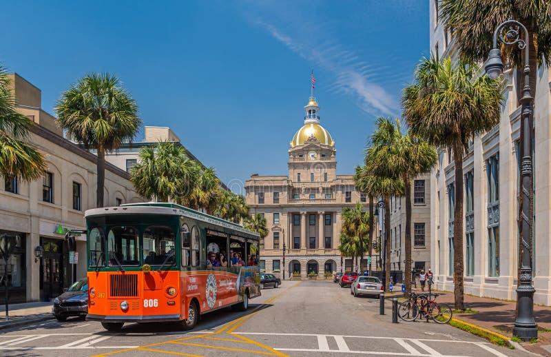 Savannah Tour Bus och stadshus arkivfoto