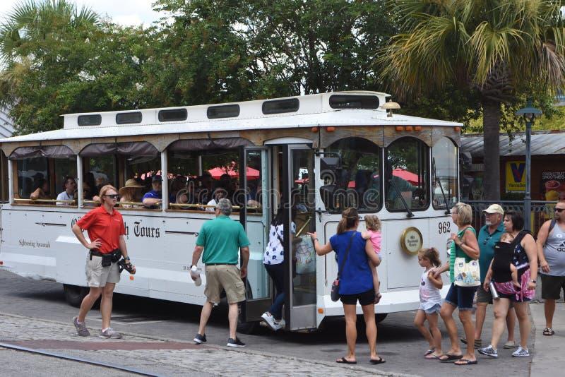 Savannah Tours Trolley anziana sulla via del fiume fotografia stock libera da diritti