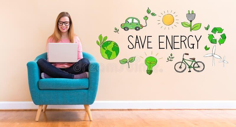 Save energię z młodą kobietą używa jej laptop zdjęcia stock
