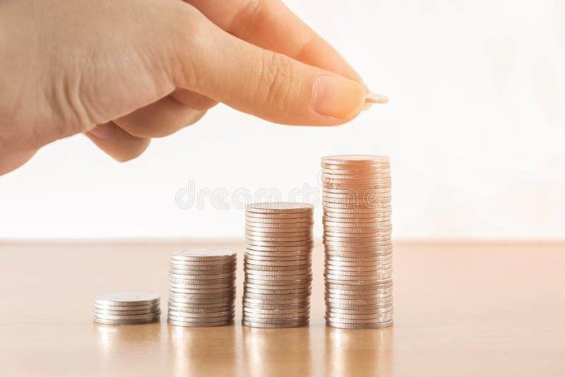 Save pieniądze z sterta pieniądze monetą dla rosnąć twój biznes zdjęcie stock