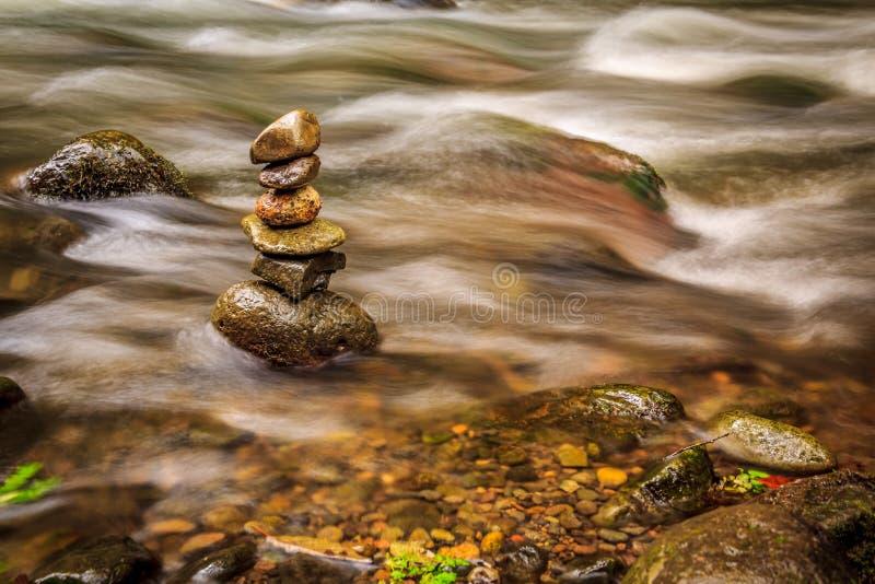 Savegre河在禅宗位置的丝毫石头 哥斯达黎加 库存照片