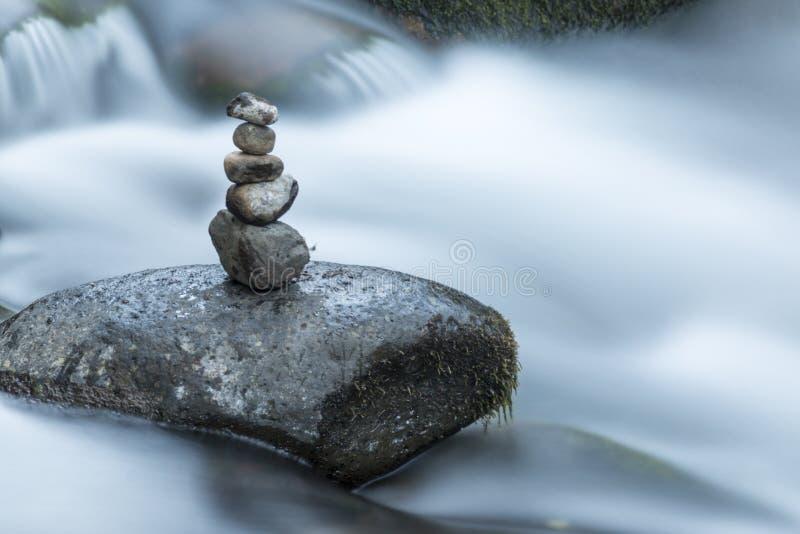 Savegre河在禅宗位置的丝毫石头 哥斯达黎加 免版税库存照片