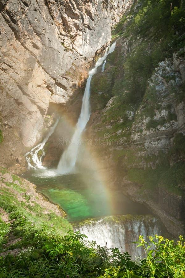 Savica vattenfall med regnbågen, Slovenien, Europa royaltyfria bilder