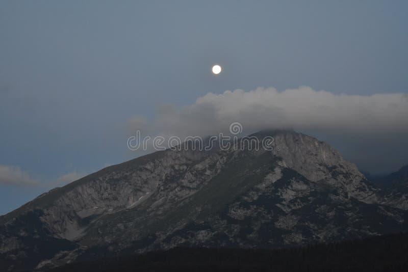 Savin Kuk, jeden Durmitor ` s osiąga szczyt i chmura nad ono i księżyc obrazy royalty free