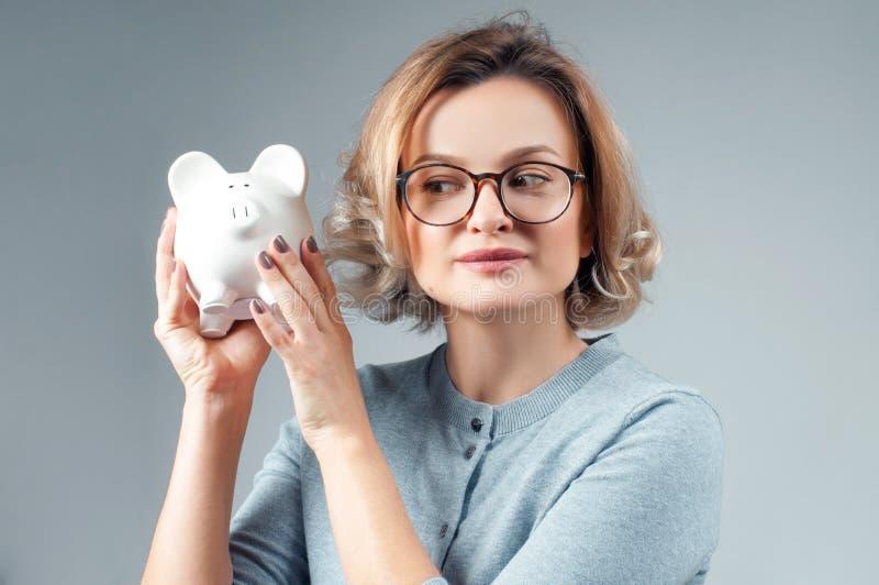 Savings pojęcie bank gospodarstwa świnki kobieta fotografia royalty free
