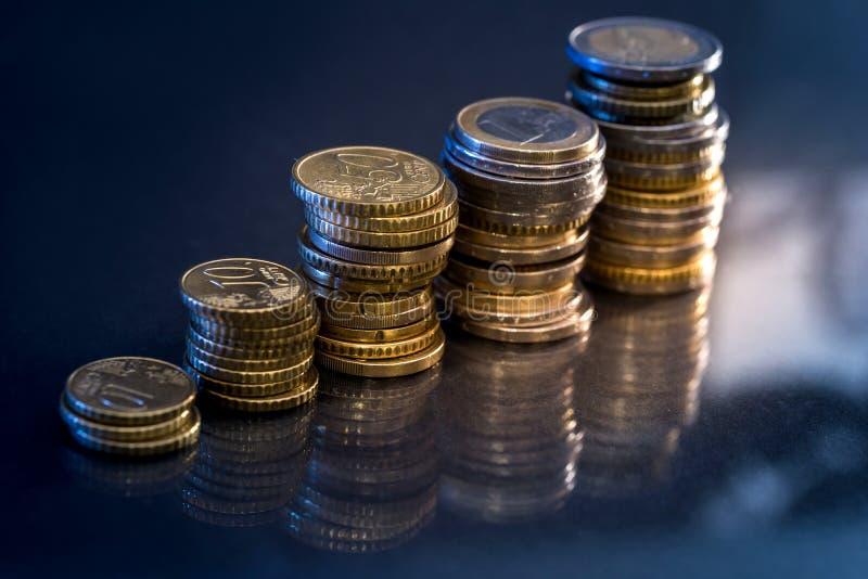 Savings, wzrastające kolumny złociste monety zdjęcie stock