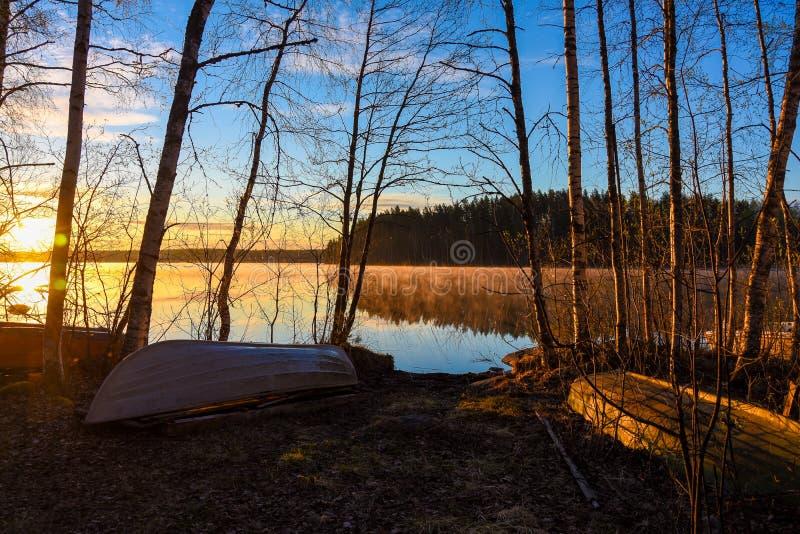 Savo Finland sul Nascer do sol atrás do lago imagem de stock