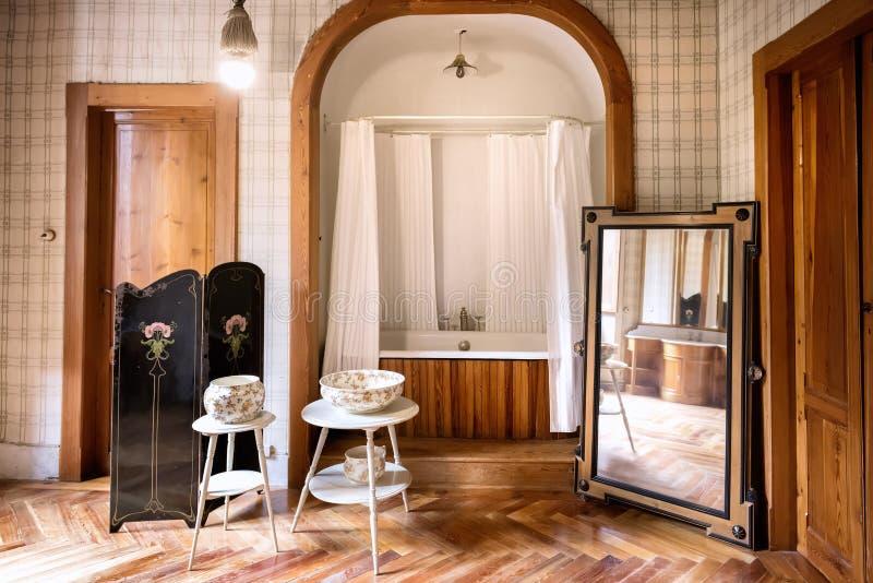 Savoiakasteel binnen Koninginmargherita's badkamers en toilet Gressoney Heilige Jean, Aosta, Italië royalty-vrije stock foto