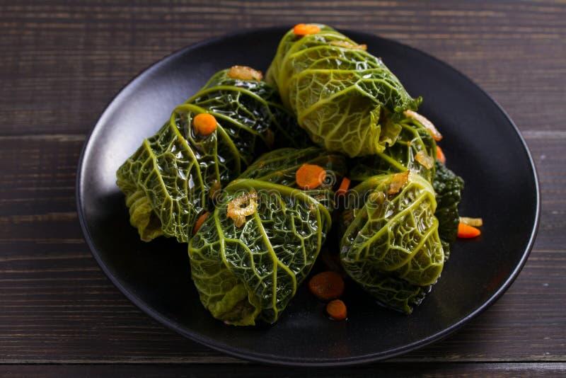 Savojkål rullar med kött, ris och grönsaker Välfyllda savojkålsidor med kött Chou farci, dolma, sarma, sarmale, gol arkivfoto