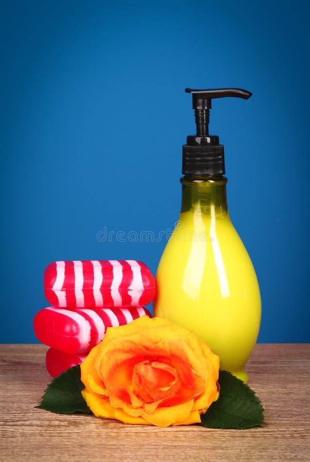 Savon aromatique de Bath avec la fleur rose photographie stock