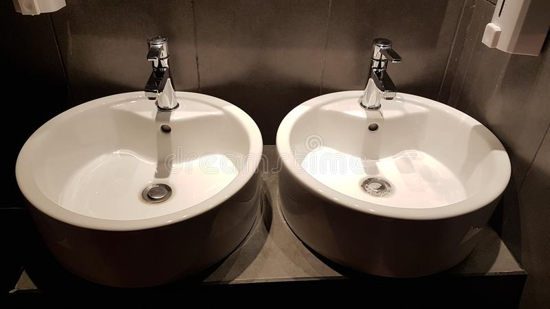 Savon blanc en céramique de lavabo d'évier photos stock