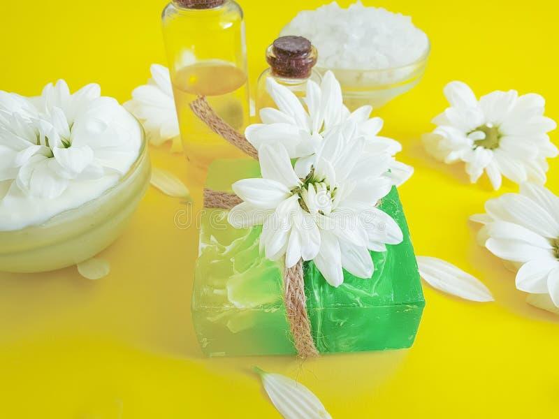 Savon, chrysanthème naturel de collection de fleur cosmétique crème sur un fond coloré images libres de droits