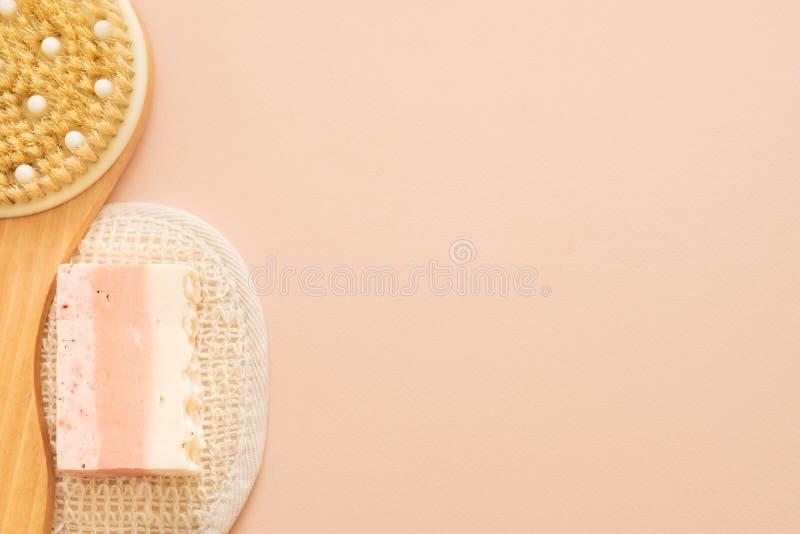 Savon de luffa de brosse de corps de bases de traitement de peau photographie stock libre de droits