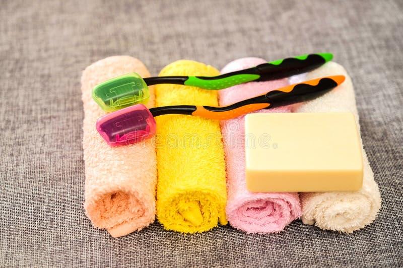 Savon et serviette Accessoires de douche Articles d'hygiène photographie stock libre de droits