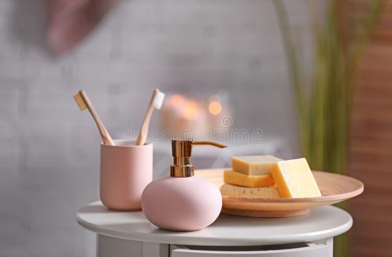 Savon et shampooing aromatiques sur la table sur le fond brouillé image stock